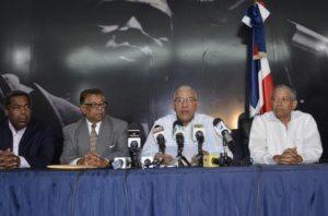 Andrés Bautista, presidente del PRM (2do. de la derecha) explica la decisión de ese partido (Foto: Diario Libre)
