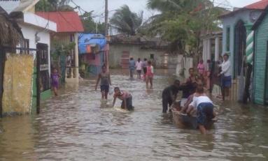 Entre escombros y lluvias, el pueblo de Río San Juan emerge de entre las aguas