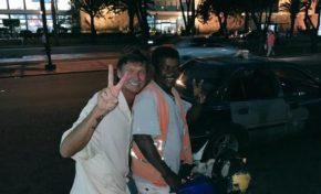 """Randy Johnson, ganador de más de US$175 millones, se monta en un """"motoconcho"""""""