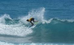 Sobresalen Gómez, Félix y Pérez en Larimar Surfing Playa Barranca en Barahona