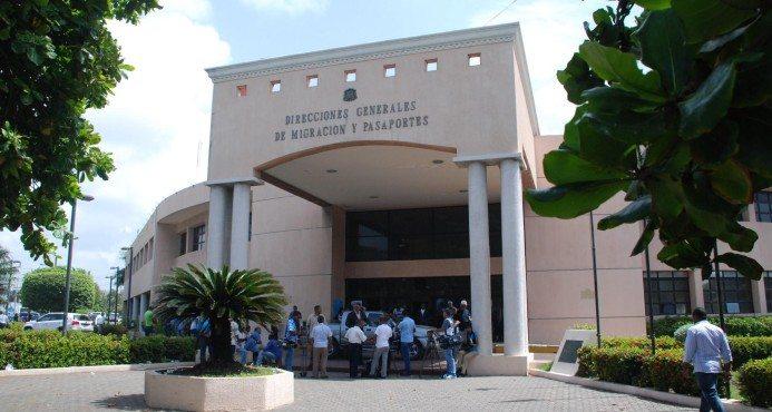 Más de 200 extranjeros acuden a oficina de Migración en Sosúa a regularizar estatus