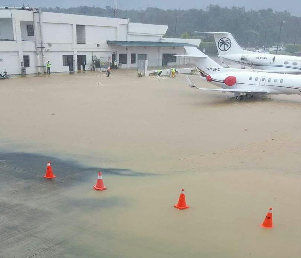 Lluvias inundan aeropuerto de Puerto Plata; bomberos trabajan para evacar el agua