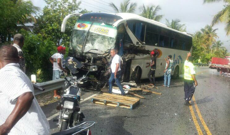 Varios heridos tras chocar un autobús con una patana en Samaná