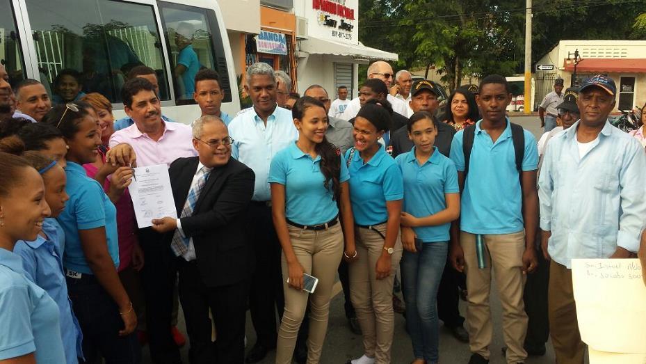 Presidencia entrega autobús prometido por Medina a estudiantes de la comunidad de La Tierra en Río San Juan