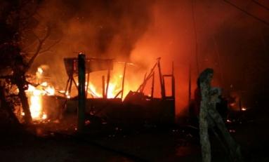 VIDEO: Incendio destruye vivienda en NY Chiquito en Río San Juan; apedrean bomberos por tardanza en llegar