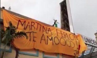 """Hombre se sube en azotea de plaza para pedir perdón a """"Martina"""""""