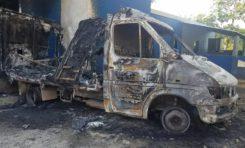 Incendio reduce a cenizas camión transportador de carne del matadero municipal de Nagua