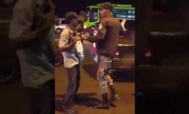 A prisión por un mes policía abusador captado en video golpeando vendutero con trastornos mentales en Villa Mella