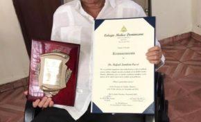 Reconocen al doctor Rafael Landrón por su trayectoria médica