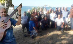 Entre canciones, anécdotas y planes celebra el grupo de los 70's su tercer encuentro en la playa de Los Muertos en RSJ