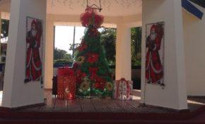 Apenas faltan horas, a las 8:00 p.m., para que la brillante Navidad ilumine el parque municipal de Río San Juan